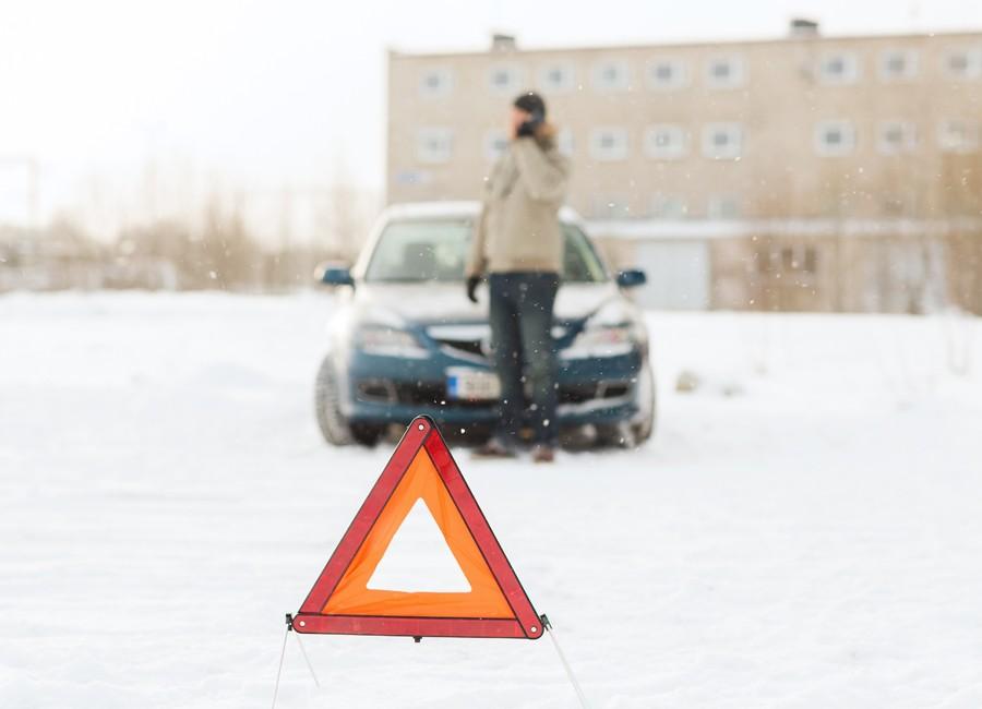 auto-w-sniegu