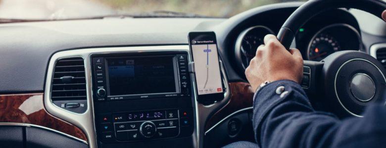 smartfon z włączoną mapą w aucie