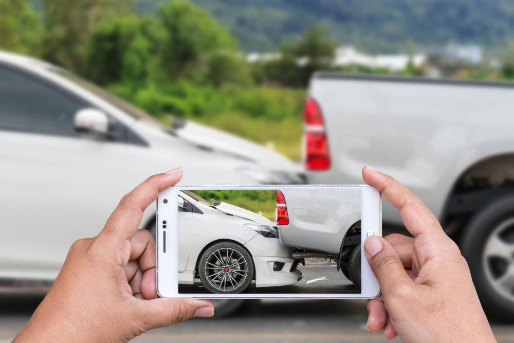 robienie zdjęcia zderzonych aut smarfonem