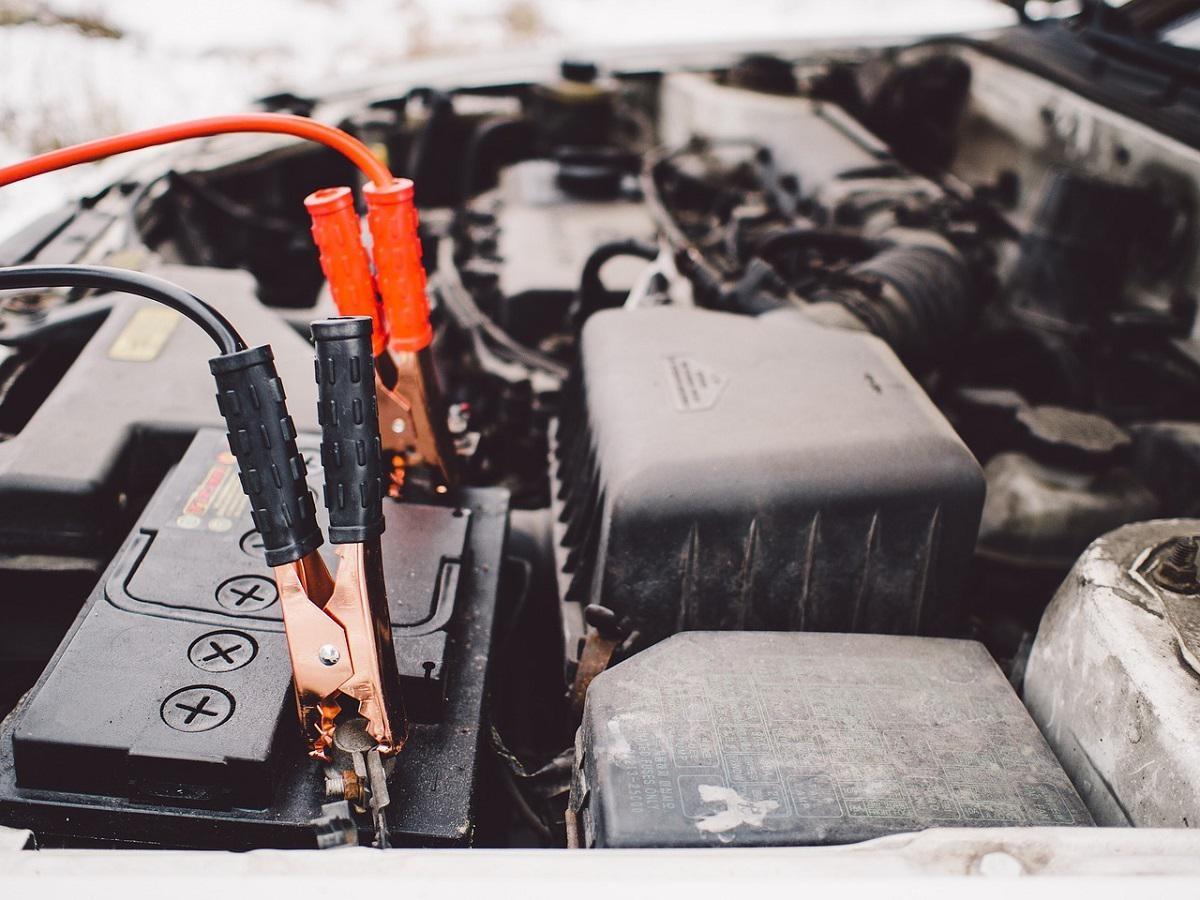 kable rozruchowe podłączone do akumulatora