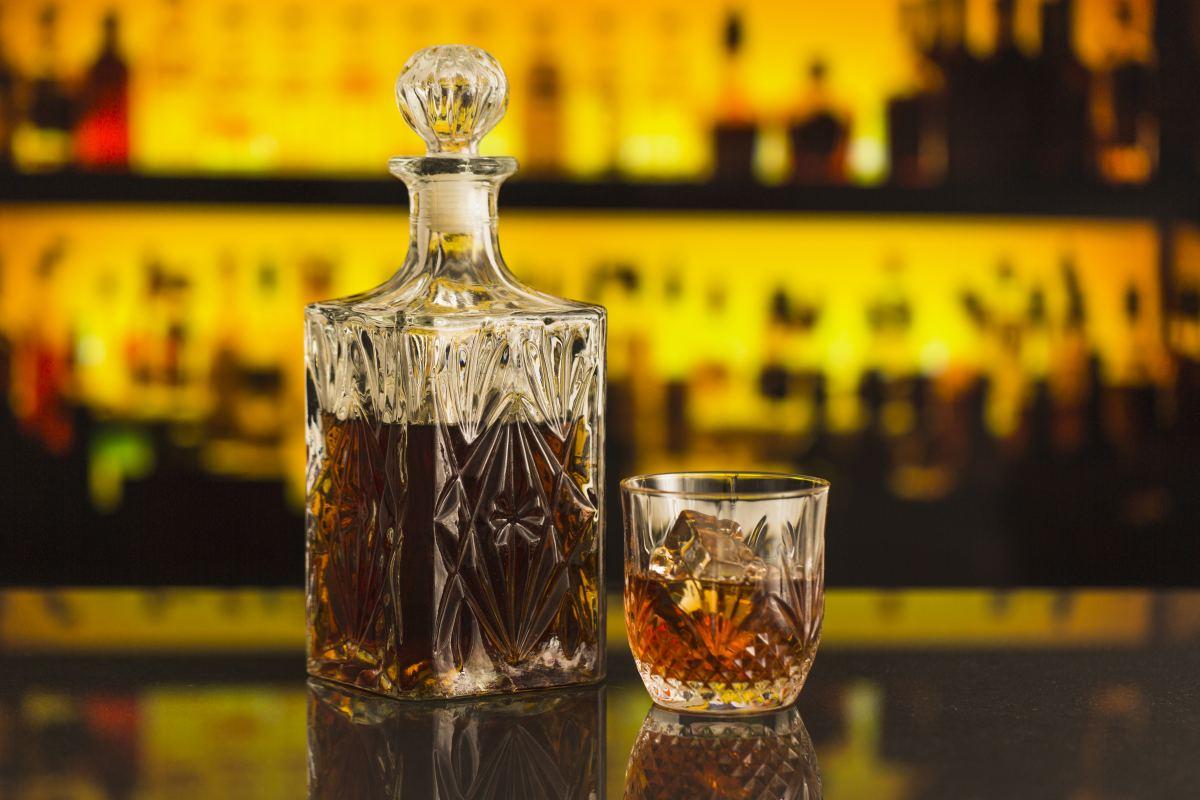 karafka i szklaneczka z alkoholem