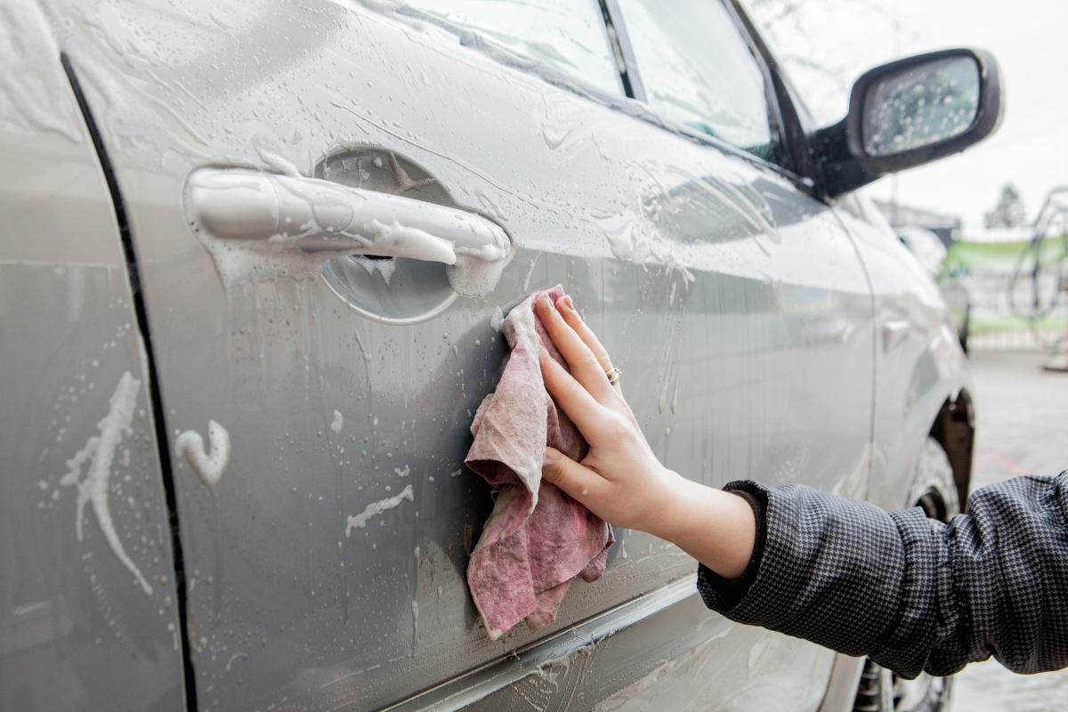 mycie auta ścierką